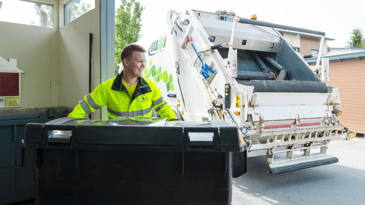 Lakeuden Etapin jätekuljettaja tyhjäämässä jäteastiaa jäteautoon.