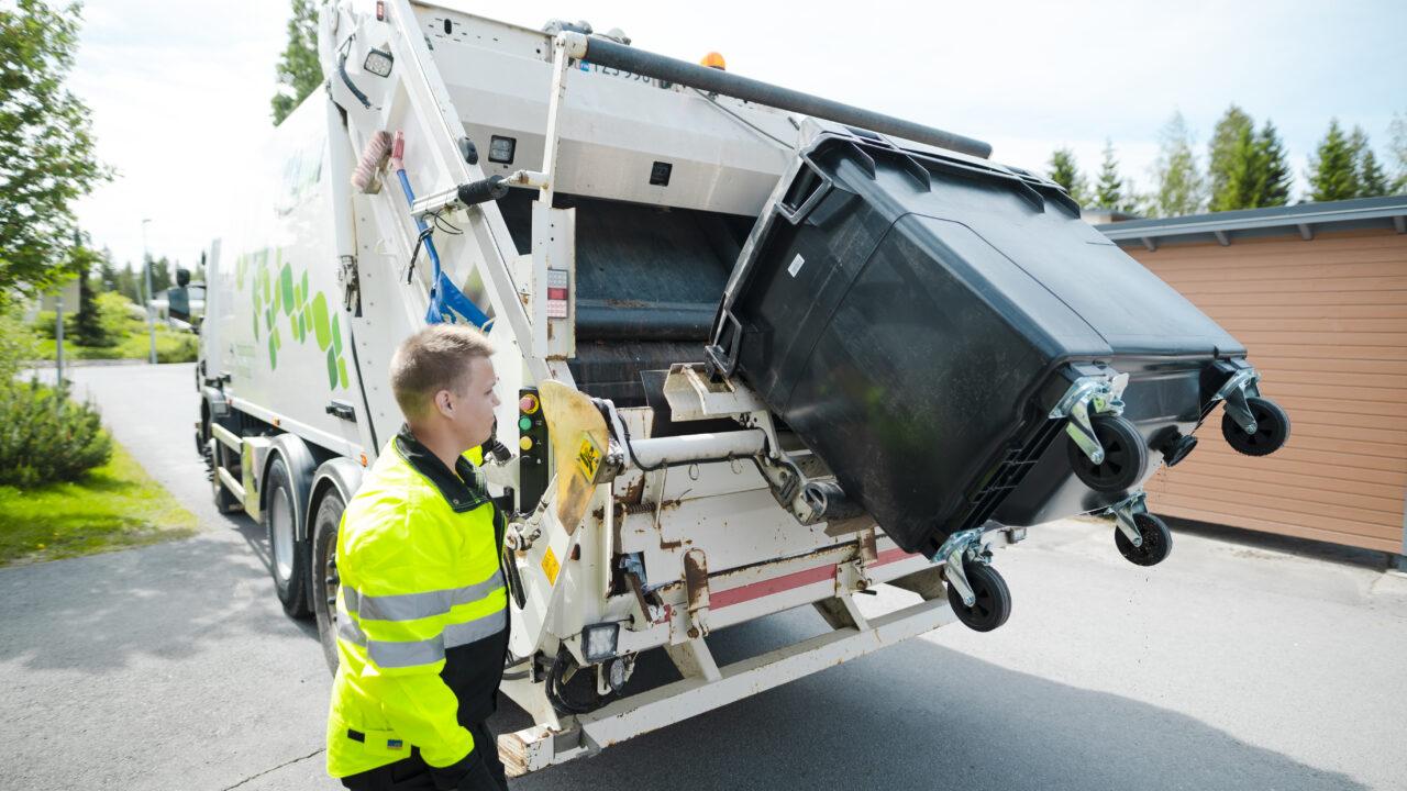 Jäteastiaa tyhjätään jäteautoon.