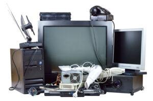 Sähkö-ja elektroniikkaromua, vanhoja kodinkoneita.