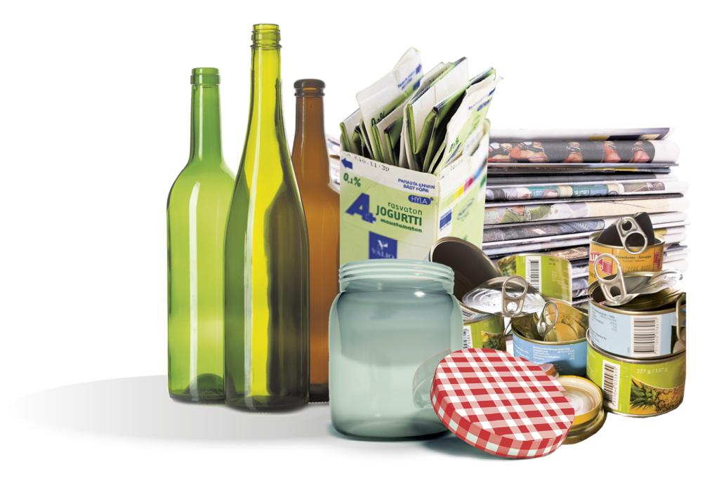 Asetelma erilaisia jätteita: pulloja, lasia, kartonkia, metallia ja paperia.