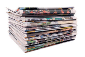 Paperijätettä: pino sanomalehtiä.