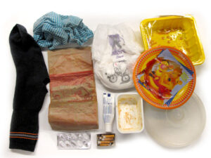 Poltettavaa jätettä kuten tekstiiliä, paperia, vaippoja, pakkauksia.