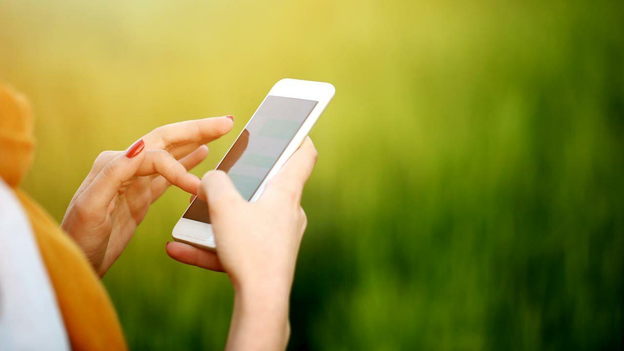 Kännykkä naisen kädessä
